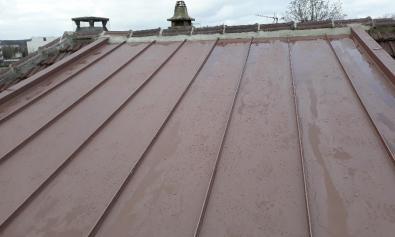 Couverture en zinc en joint debout rouge